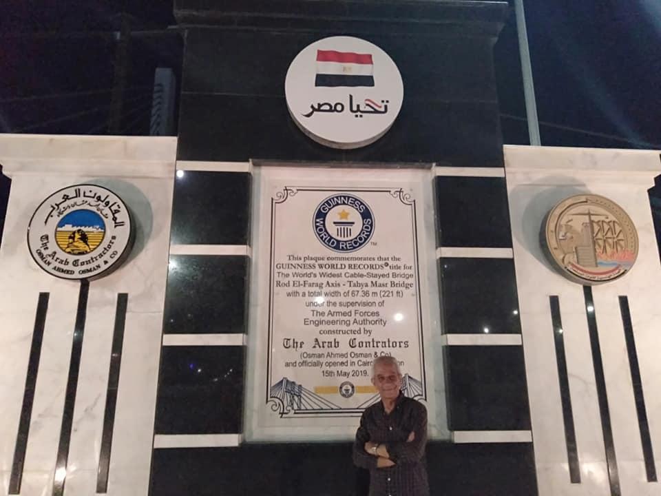 صاحب علامة النصر بحرب اكتوبر يرفعها على كوبرى تحيا مصر (3)
