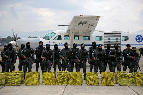 الشرطة فى جواتيمالا مع المضبوطات