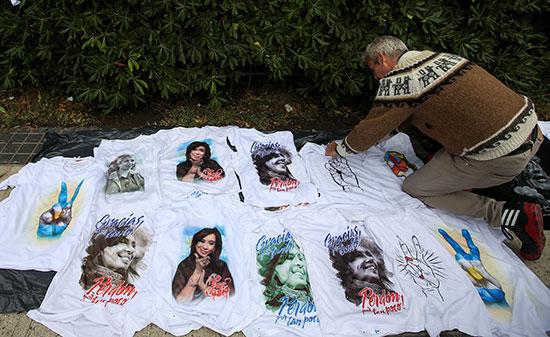 قمصان-تحمل-صورة-الرئيسة-السابقة-امام-المحكمة