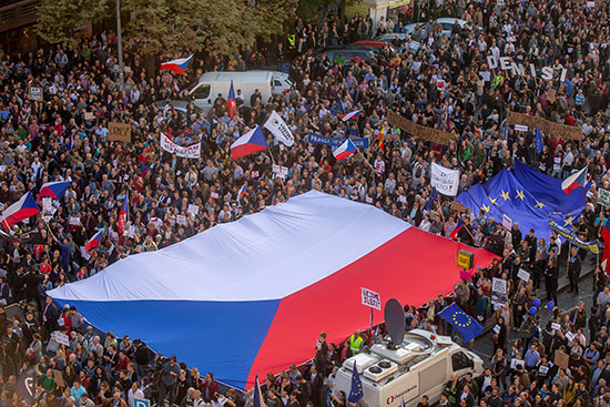 أعلام التشيك والاتحاد الأوروبى فى مظاهرة ضد رئيس الحكومة
