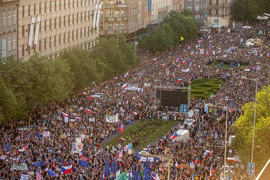 مظاهرات ضخمة فى التشيك ضد رئيس الوزراء