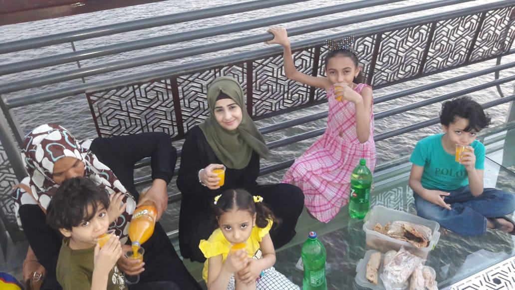 الأطفال أثناء تناول الإفطار على محور روض الفرج