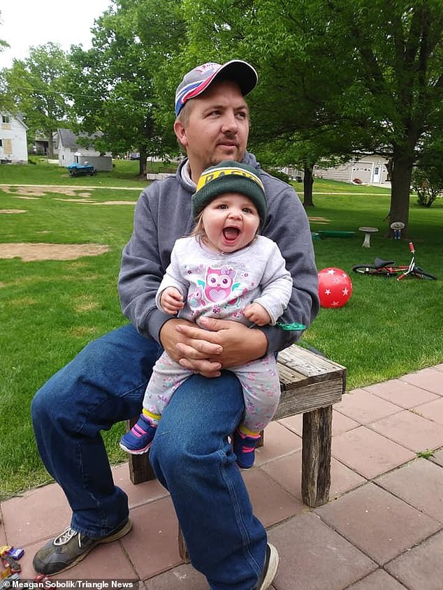 الطفلة كورالن مع والدها