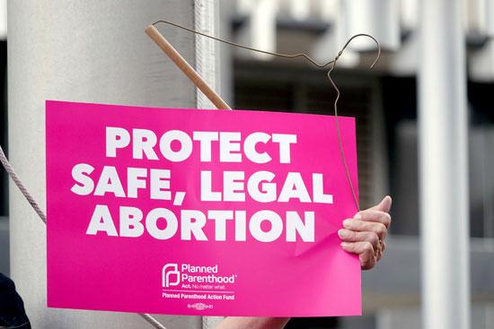 لافتة-تدعو-للاحتفاظ-بقانونية-الإجهاض