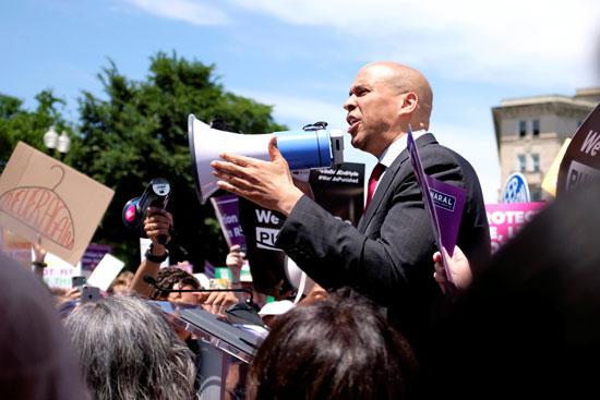 ناشط-يخاطب-المتظاهرين