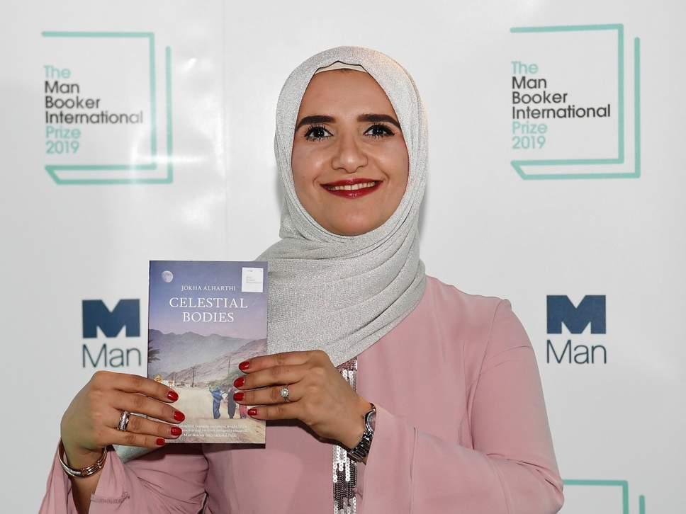 الكاتبة العمانية جوخة الحارثى الفائزة بجائزة مان بوكر 2019
