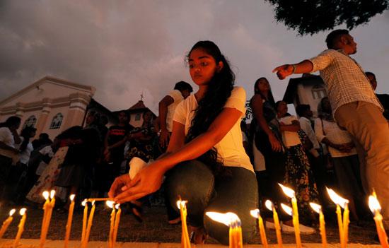فتاة-تشعل-شمعة-لتأبين-الضحايا