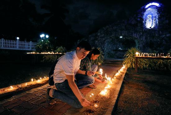 فتيان-يشاركون-فى-تأبين-ضحايا-سريلانكا