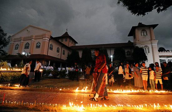 تأبين-الضحايا-أمام-أحد-الكنائس-التى-استهدفتها-التفجيرات