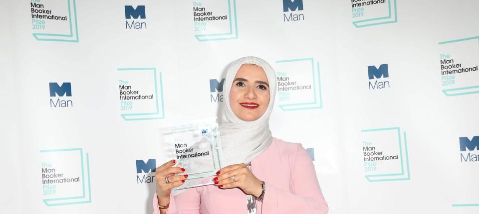 جوخة الحارثى أول كاتبة عربية تفوز بجائزة مان بوكر 2019