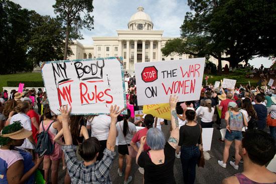 نشطاء-يحملون-لافتات-مناهضة-لقوانين-حظر-الإجهاض