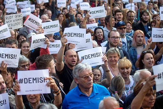لافتات ضد رئيس وزراء التشيك