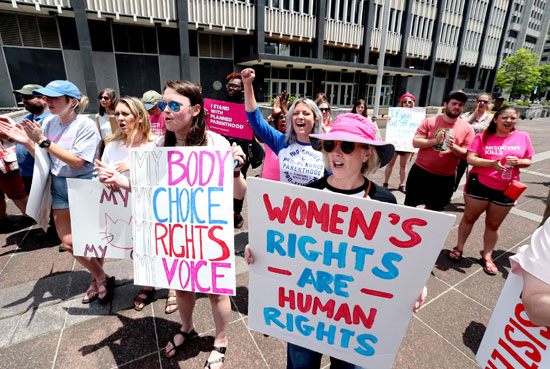 سيدات-تتظاهرن-أمام-المحكمة-العليا