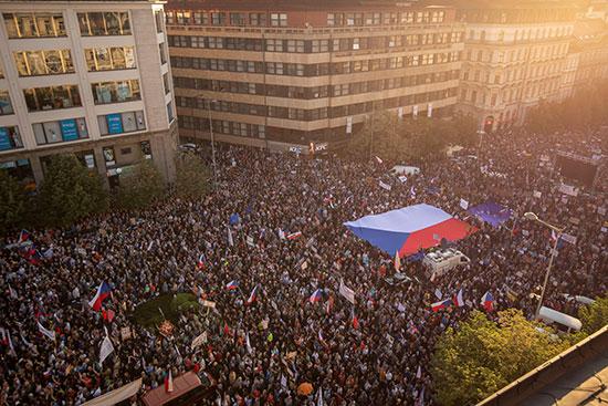 آلاف التشيكيين يتظاهرون ضد رئيس الوزراء