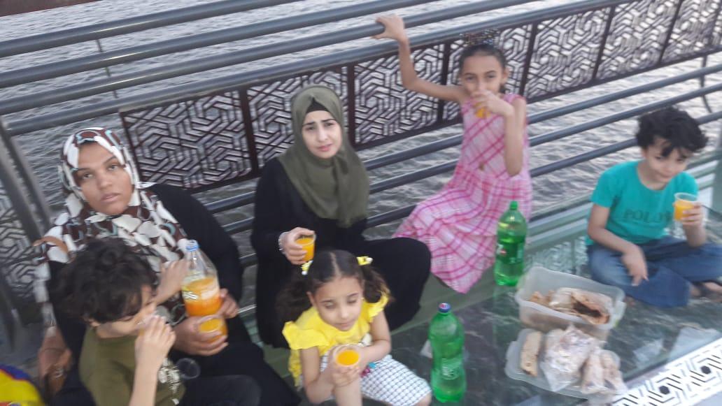 الأسرة تتناول الإفطار على محور روض الفرج
