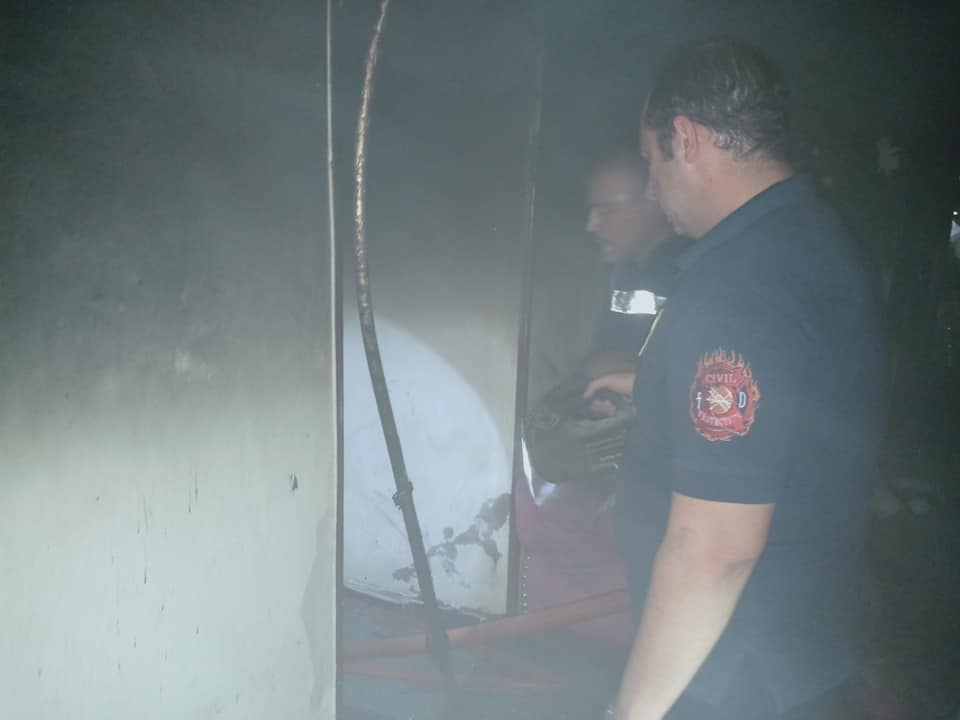 السيطرة علي حريق داخل  شقة سكنية بحي غرب مدينة أسيوط  (5)
