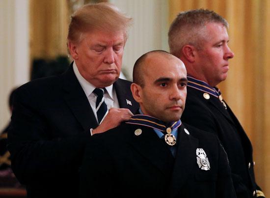 ترامب يمنح ميداليات فالور للسلامة العامة إلى الضباط فى البيت الأبيض