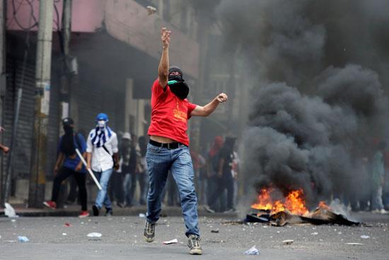 متظاهرون يحتجون بجمهورية هندوراس ضد خصخصة الرعاية الصحية والتعليم