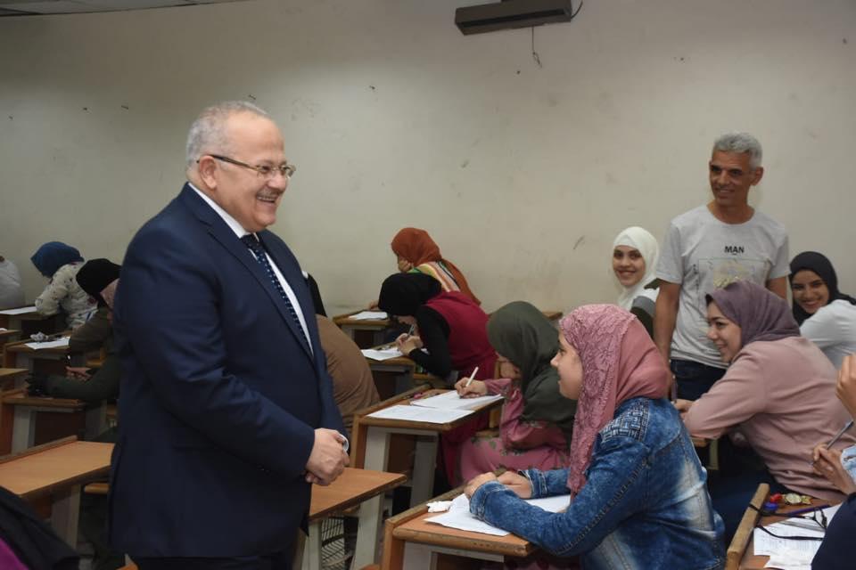رئيس جامعة القاهرة يتفقد امتحانات الكليات (11)