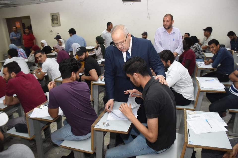 رئيس جامعة القاهرة يتفقد امتحانات الكليات (4)