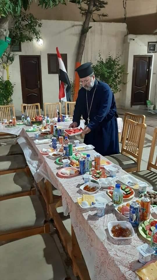 كاهن كنيسة الروم الأرثوذكس بدمياط يقدم وجبات الإفطار (3)