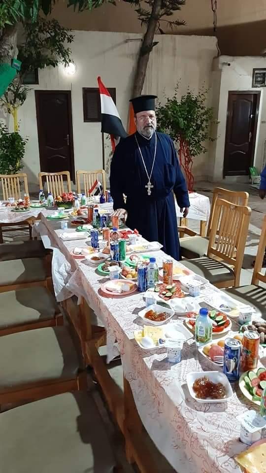 كاهن الكنيسة يجهز مائدة السحور