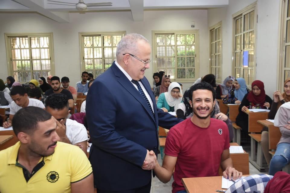 رئيس جامعة القاهرة يتفقد امتحانات الكليات (2)