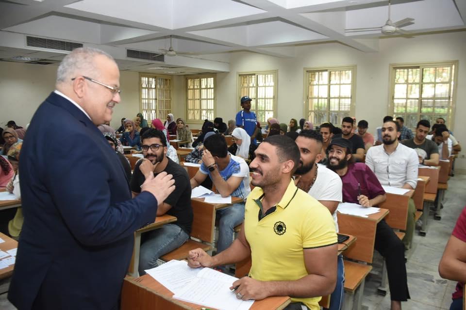 رئيس جامعة القاهرة يتفقد امتحانات الكليات (3)