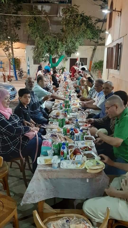 كاهن كنيسة الروم الأرثوذكس بدمياط يقدم وجبات الإفطار (2)