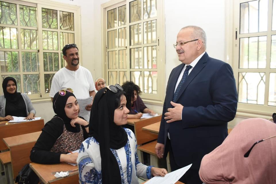 رئيس جامعة القاهرة يتفقد امتحانات الكليات (7)