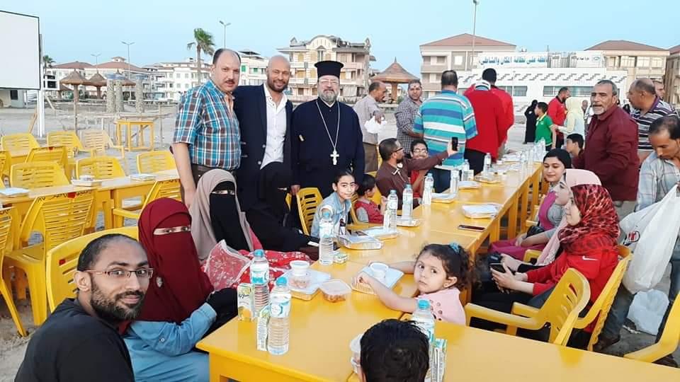 كاهن كنيسة الروم الأرثوذكس بدمياط يقدم وجبات الإفطار (4)