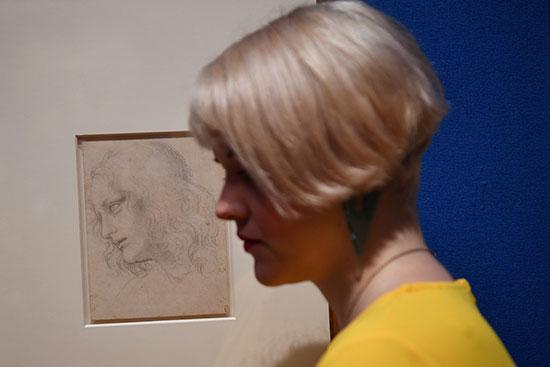سيدة تقف أمام أحدى رسومات دافنشى