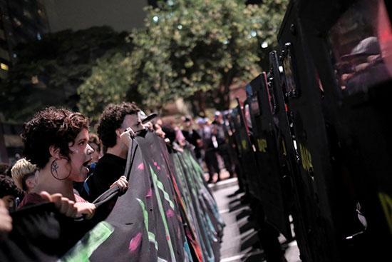 متظاهرين فى مواجهة الشرطة