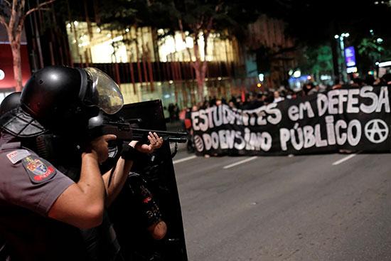 جندى برازيلى على أهبة الاستعداد فى مواجهة المتظاهرين