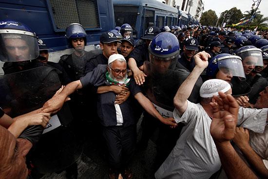 أحد المتظاهرين يشتبك من الأمن