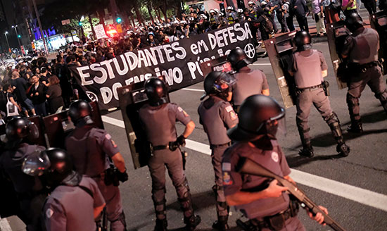 شرطة الشغب تتواجد أمام المتظاهرين