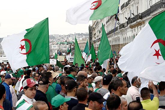 علم الجزائر يرفرف فى المظاهرات