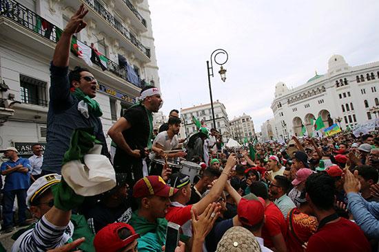 جزائريون يتظاهرون