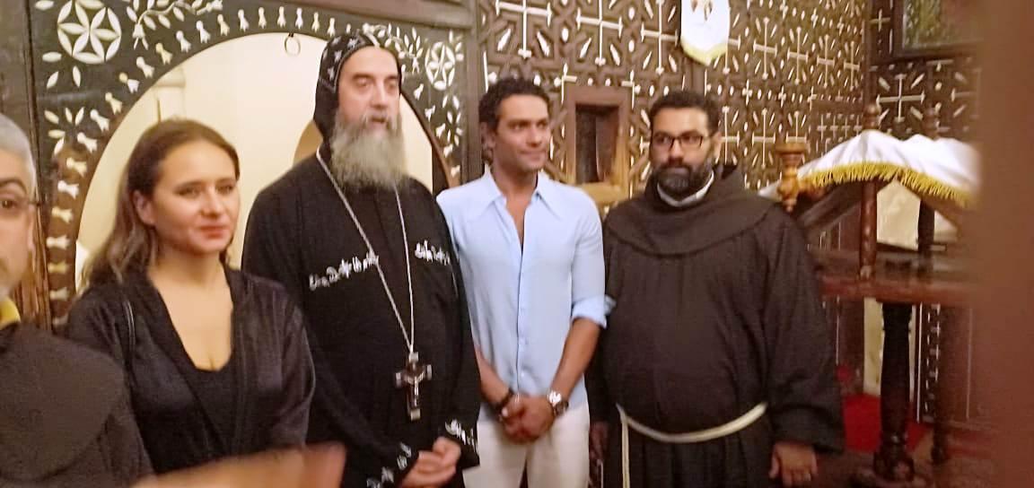 آسر ياسين ونيللي كريم يزوران الدير المحرق في أسيوط  (4)