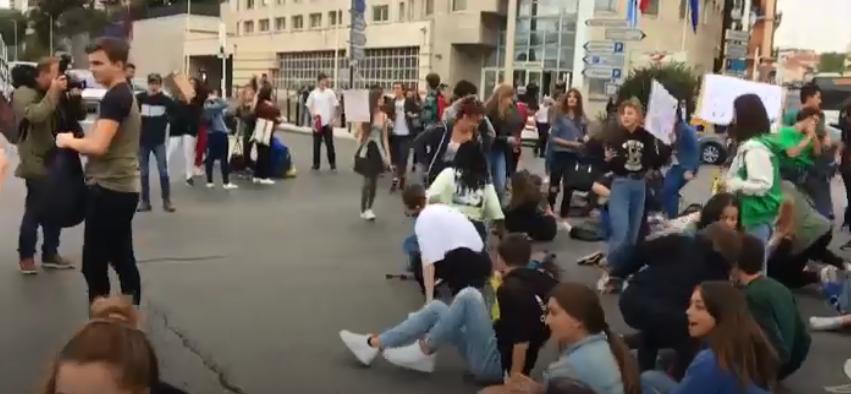 المتظاهرون يفترشون الأرض فى فرنسا