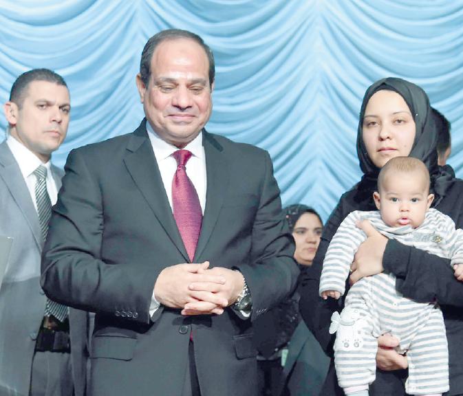 زوجة الشهيد أحمد جمال مع الرئيس