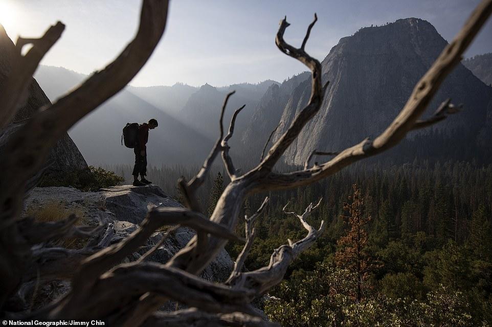 متسلق جبال مغامر يصعد 3 ألاف متر دون حبال (4)