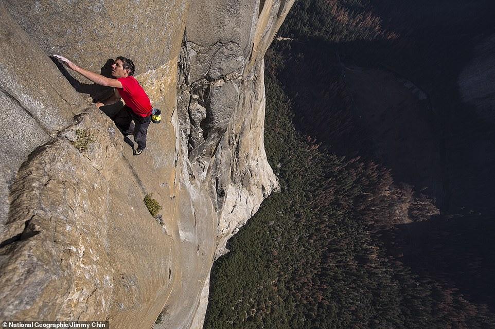 متسلق جبال مغامر يصعد 3 ألاف متر دون حبال (1)