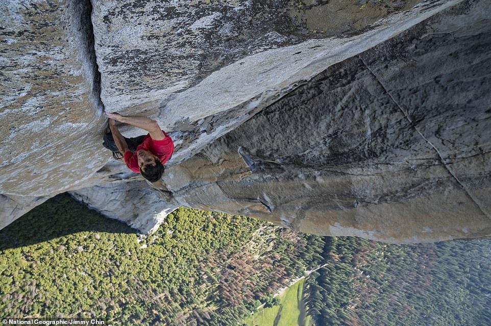 متسلق جبال مغامر يصعد 3 ألاف متر دون حبال (3)