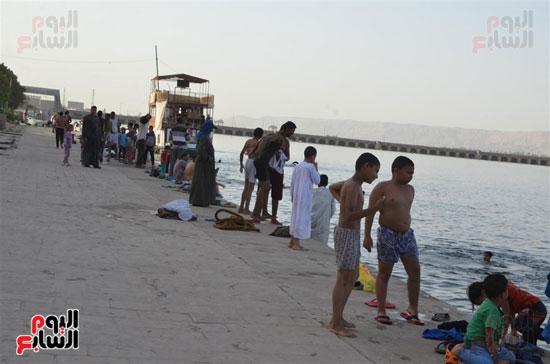 أهالي-مدن-وقري-الأقصر-يهربون-من-الطقس-الحار-في-نهار-شهر-رمضان-بالسباحة-في-نهر-النيل-(15)