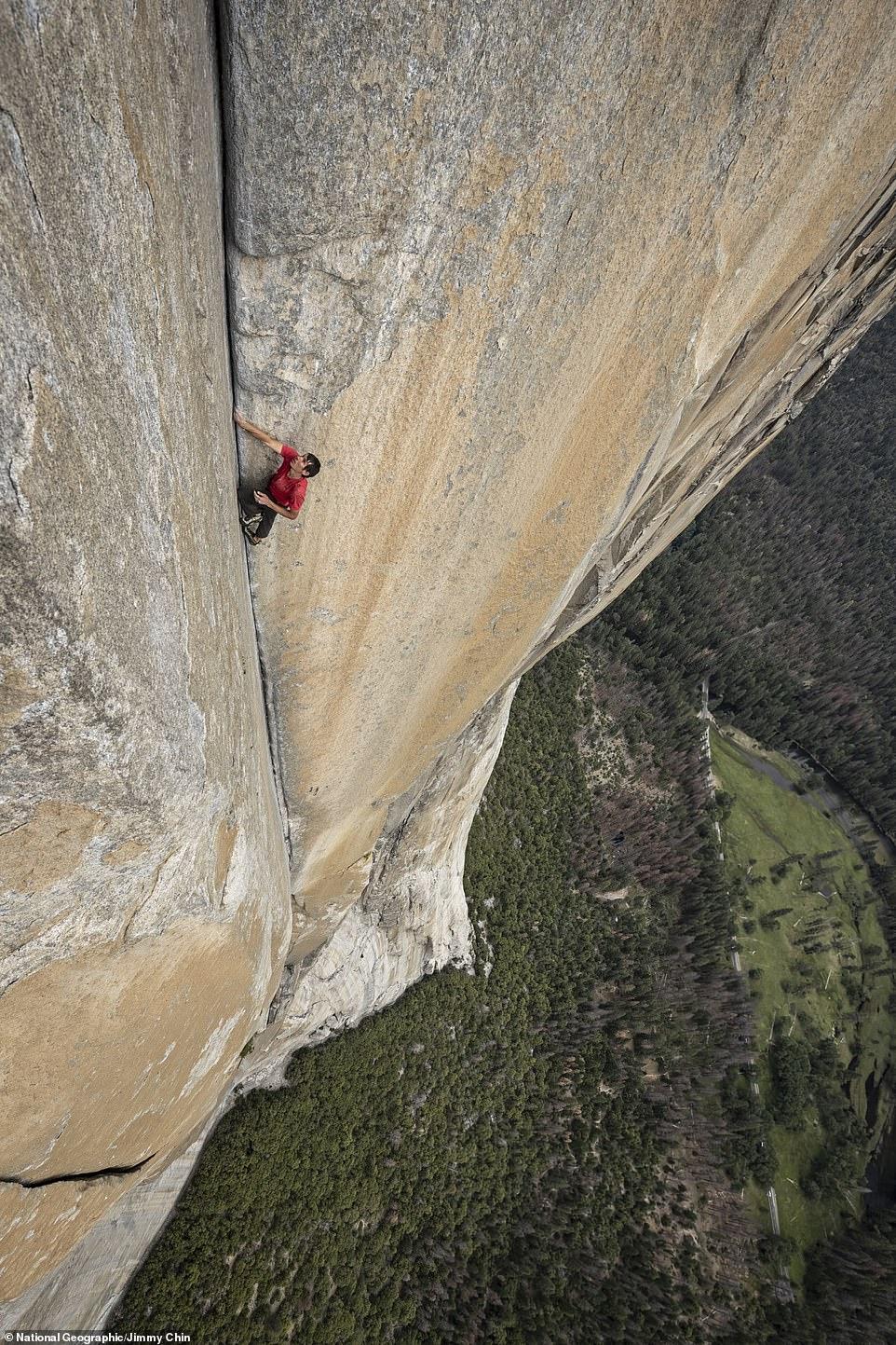 متسلق جبال مغامر يصعد 3 ألاف متر دون حبال (6)