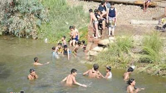 أهالي-مدن-وقري-الأقصر-يهربون-من-الطقس-الحار-في-نهار-شهر-رمضان-بالسباحة-في-نهر-النيل-(5)
