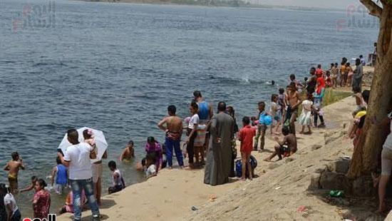 أهالي-مدن-وقري-الأقصر-يهربون-من-الطقس-الحار-في-نهار-شهر-رمضان-بالسباحة-في-نهر-النيل-(4)