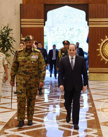 السيسى يستقبل رئيس المجلس العسكري الانتقالي بالسودان (3)