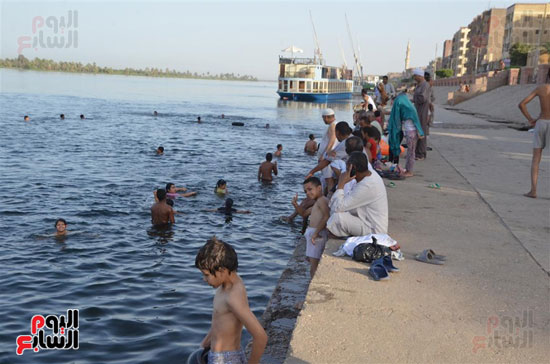 أهالي-مدن-وقري-الأقصر-يهربون-من-الطقس-الحار-في-نهار-شهر-رمضان-بالسباحة-في-نهر-النيل-(7)